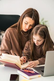 Aluna à distância, ensino em casa