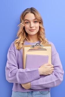 Aluna adolescente tímida segurando livros isolados