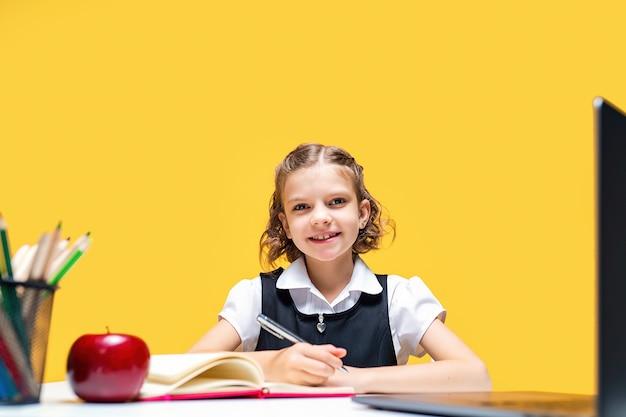Aluna caucasiana feliz sentada em frente ao laptop durante a aula on-line, aprendendo em escolas distantes