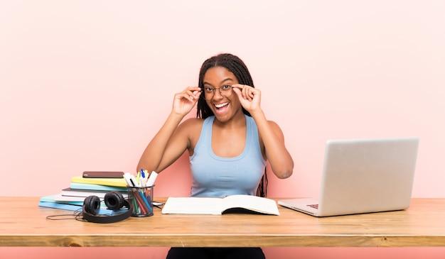 Aluna de adolescente com óculos e surpreso