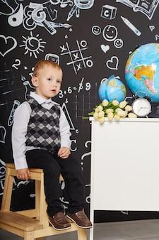 Aluna de crianças estuda na escola primeiro de setembro, dia mundial dos professores