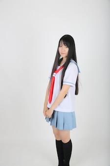 Aluna de escola asiática isolada em um fundo branco