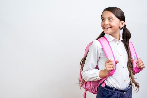 Aluna de hispânica inteligente com mochila girando em torno