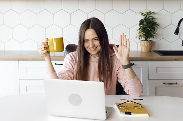 Aluna é treinada online por vídeo-aulas