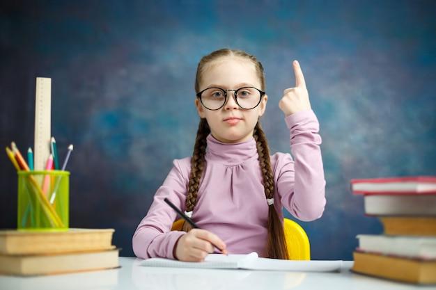 Aluna elementar inteligente obter idéia fazer lição de casa