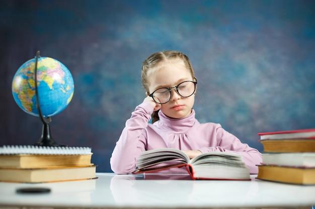 Aluna elenentária pequena menina ler livro