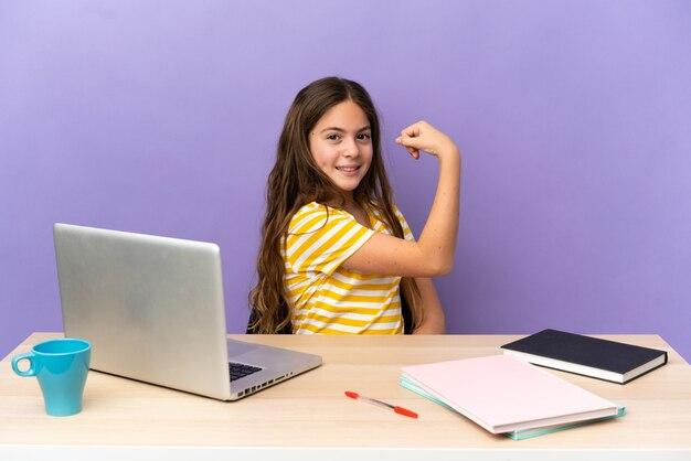 Aluna em um local de trabalho com um laptop isolado em um fundo roxo fazendo um gesto forte