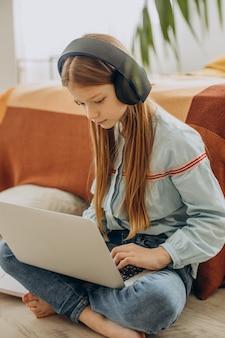 Aluna estudando em casa, aprendizagem à distância