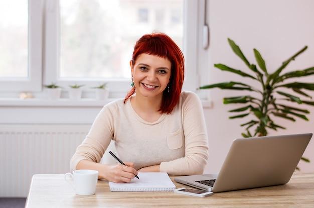 Aluna estudando em casa