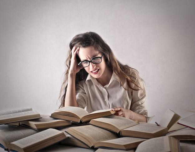 Aluna estudando muito