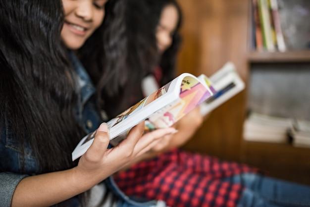 Aluna, leitura, conhecimento, de, um, livro, em, biblioteca