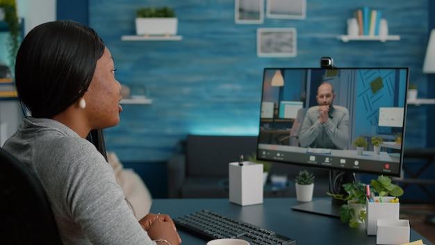 Aluna negra acenando para seu empresário que trabalha na plataforma de curso de e-learning acadêmico