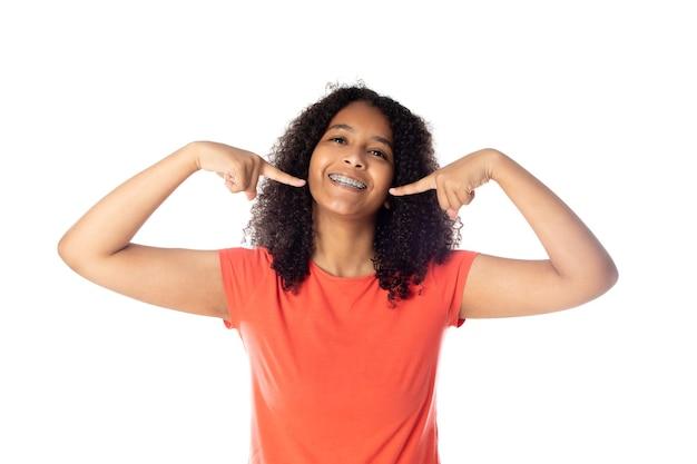 Aluna negra alegre com cabelo afro isolado em um fundo branco