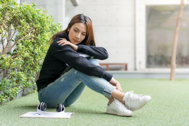 Aluna, sentando, ligado, banco gramado, em, campus