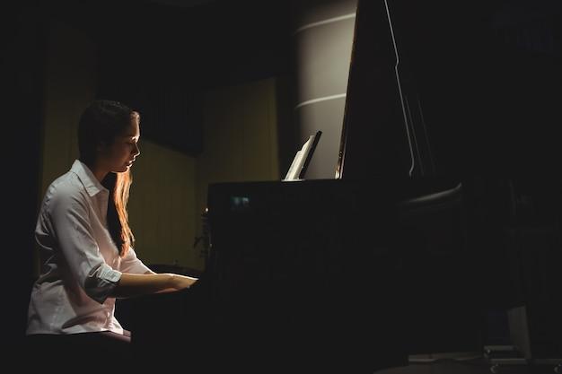 Aluna tocando piano