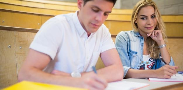 Aluna traindo seu colega na universidade