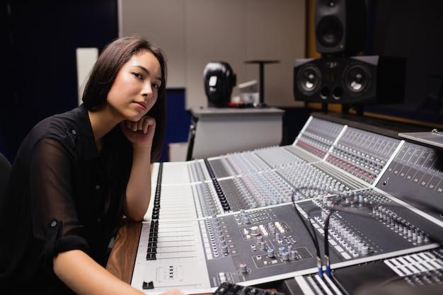 Aluna usando o mixer de som