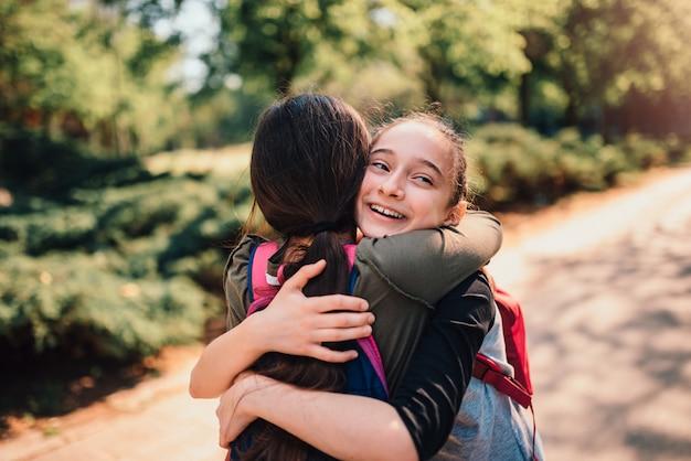 Alunas abraçando em um primeiro dia de escola