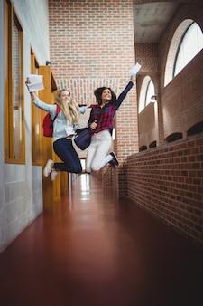 Alunas felizes que recebem resultados na universidade
