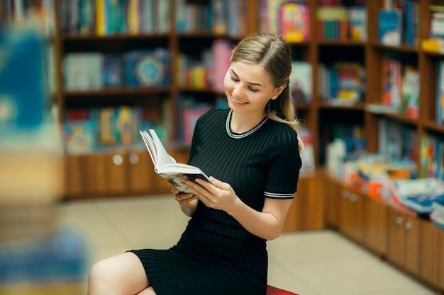 Aluno a ler um livro na biblioteca