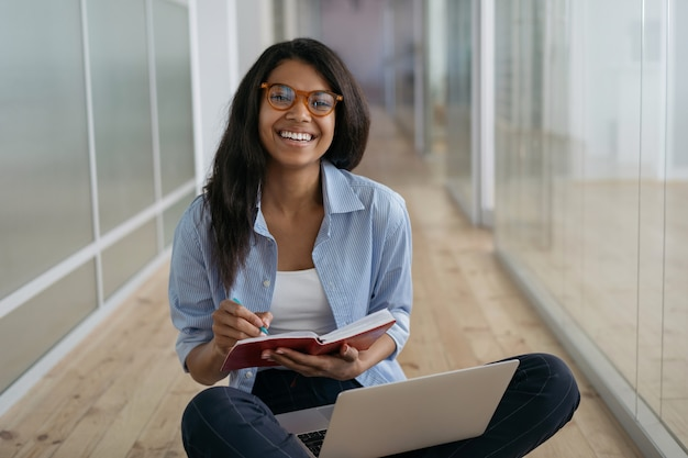 Aluno afro-americano estudando, preparação para exames, ensino à distância, conceito de educação