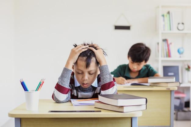 Aluno asiático estressado durante o exame em sala de aula