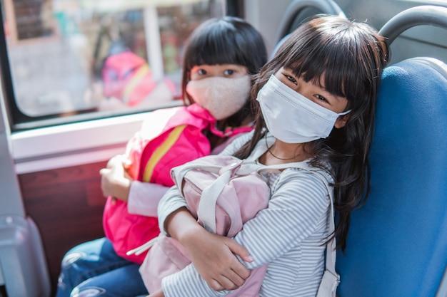 Aluno asiático indo para a escola juntos em transporte público