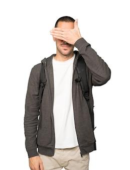Aluno cobrindo os olhos com as mãos
