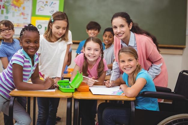 Aluno com deficiência a sorrir para a câmara na sala de aula