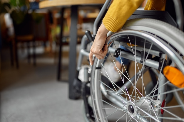 Aluno com deficiência em cadeira de rodas, mulher com deficiência