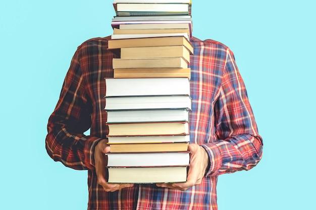 Aluno com livros