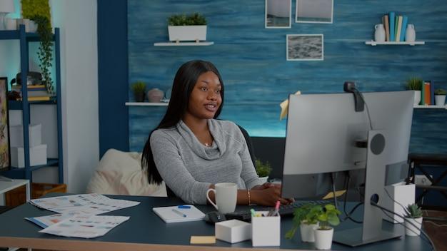 Aluno conversando com o professor estudando lição de matemática durante uma reunião de videochamada online