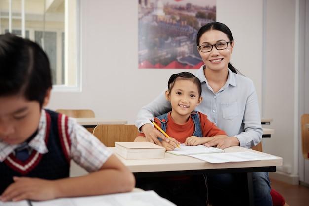 Aluno de ajuda do professor