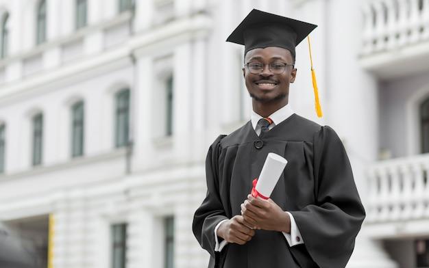 Aluno de pós-graduação sorridente de tiro médio
