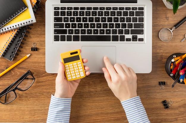 Aluno de vista superior segurando calculadora