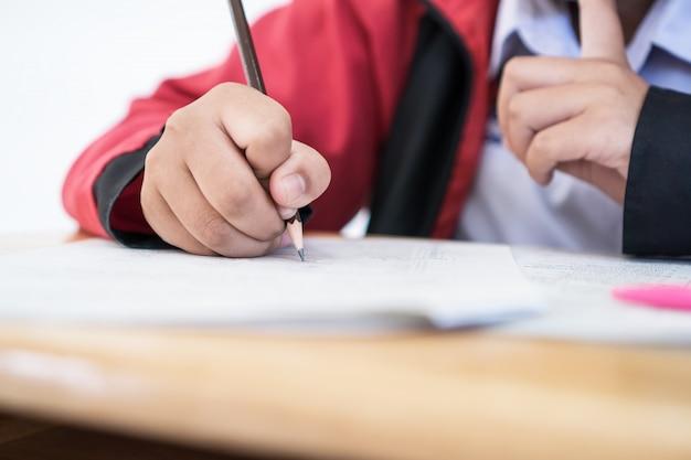 Aluno escrevendo em um documento