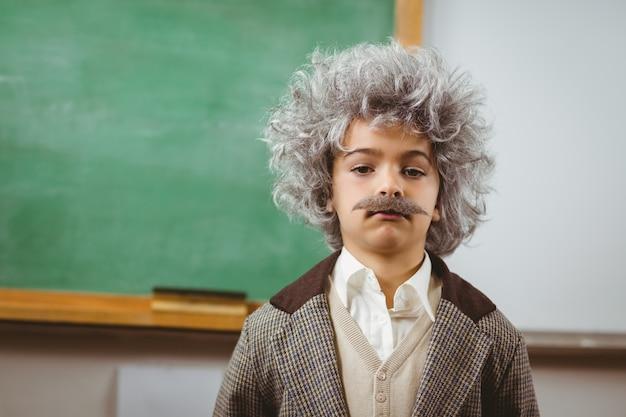 Aluno fofo vestido como einstein em uma sala de aula