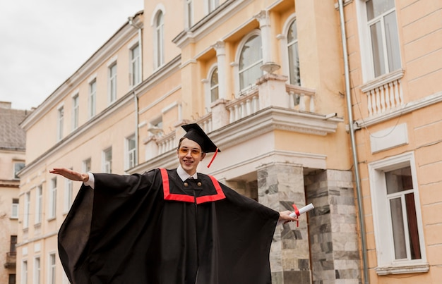 Aluno graduado feliz