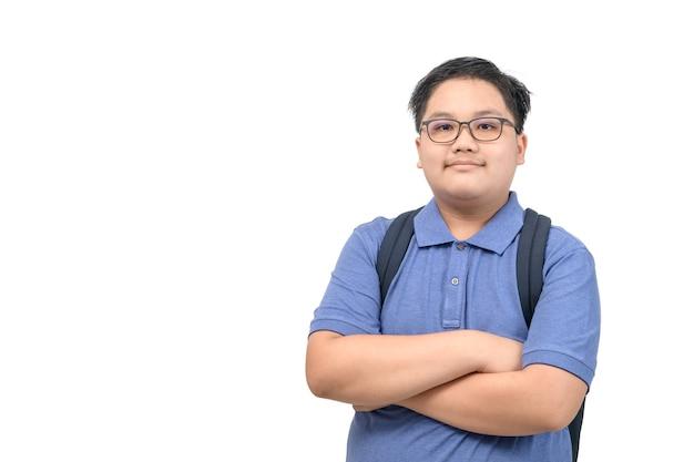 Aluno inteligente usa óculos e camisa pólo azul com bolsa escolar isolada no fundo branco, volta às aulas e conceito de educação