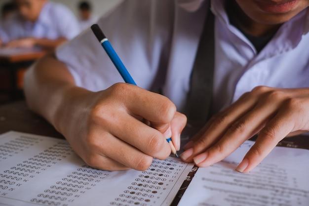 Aluno lendo e fazendo exames com estresse
