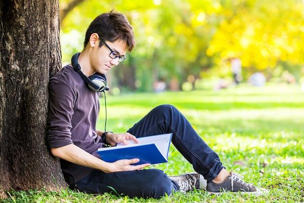 Aluno lendo livro e ouvir música pelo fone de ouvido com feliz moo