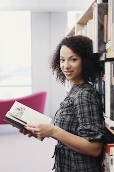 Aluno na biblioteca