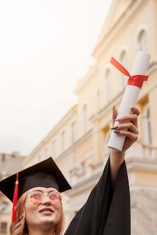 Aluno orgulhoso com diploma