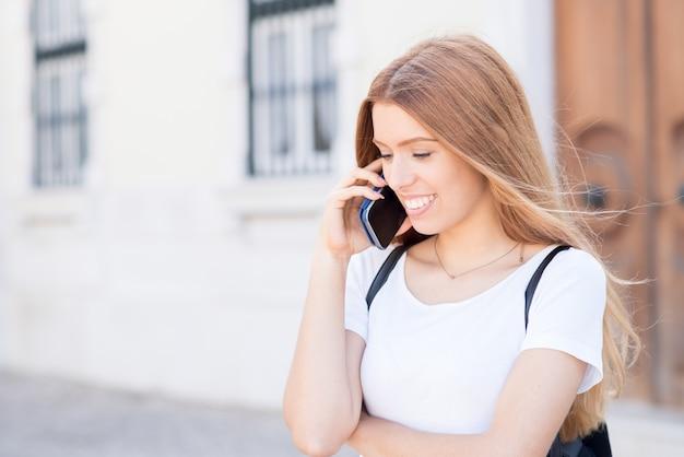 Aluno positiva que conversa no celular