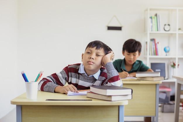 Aluno preguiçoso durante uma aula em sala de aula