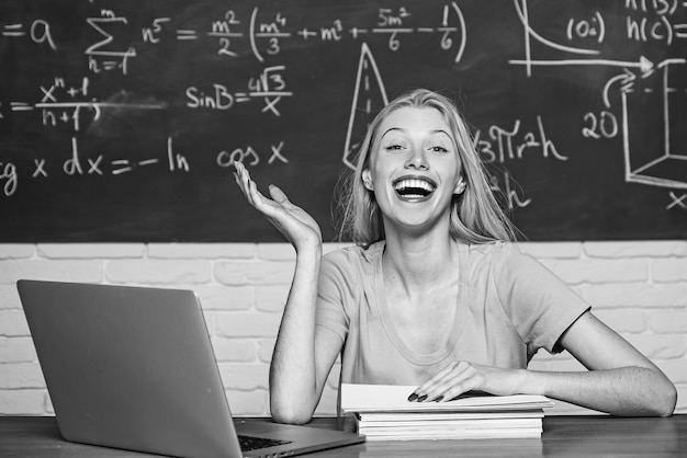Aluno se preparando para os exames da faculdade. aluna. humor feliz sorrindo amplamente na universidade. educação