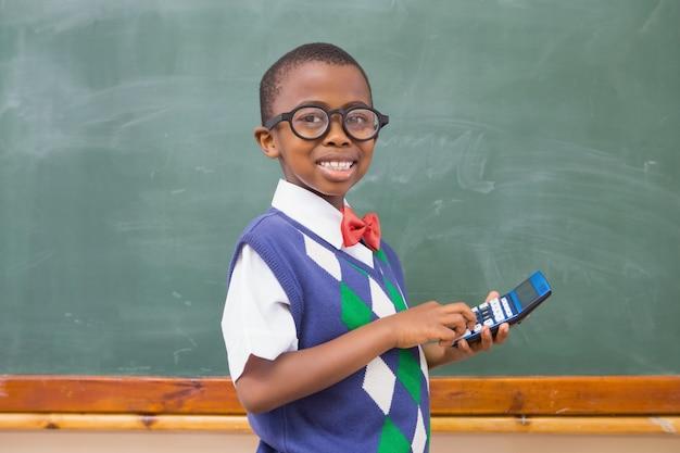 Aluno sorridente usando calculadora