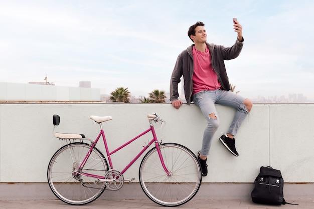 Aluno tirando uma foto de selfie com seu smartphone