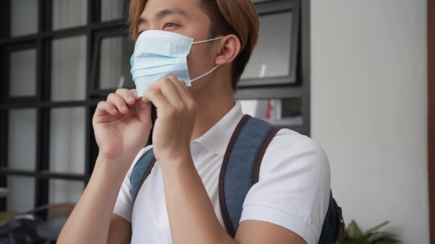 Aluno usando máscara antes de ir para a escola ou campus