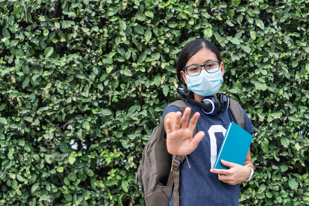 Aluno usando máscara protetora com braço estendido